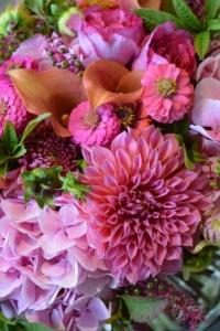 Bouquet d'hortensias, dahlias, zinnias, phytolacas et callas