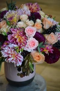 Bouquet de dahlias, roses, ligustrums, mûres et chasmanthiums