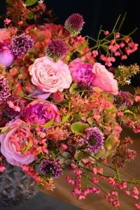 Bouquet de roses de jardin, scabieuses, hortensias, fusians,abelias et ails
