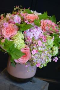 Bouquet de pivoines, roses de jardin, cassis, viburnums et hortensias