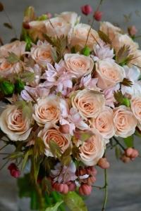 Bouquet de roses, chasmanthiums, oeillets étoilés et fusians