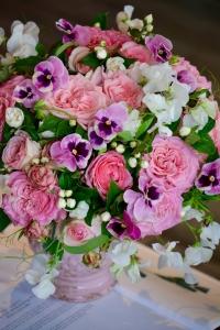 Bouquet de pensées, roses de jardin et pois de senteur