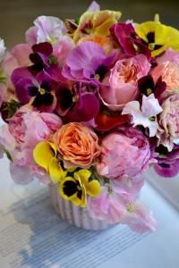 Bouquet de pensées, roses de jardin , pivoines et pois de senteur