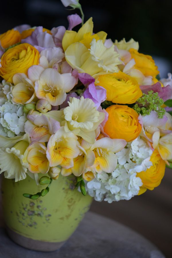 Bouquet de freesias, narcisses, renoncules et viburnums