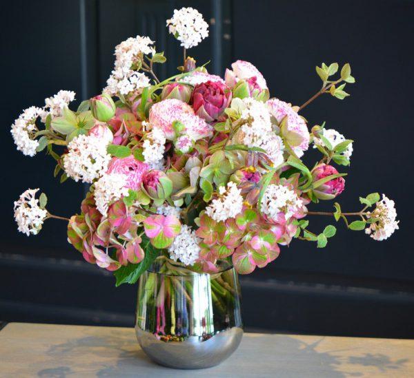Bouquet de renoncules, hortensias, hellebores et tulipes