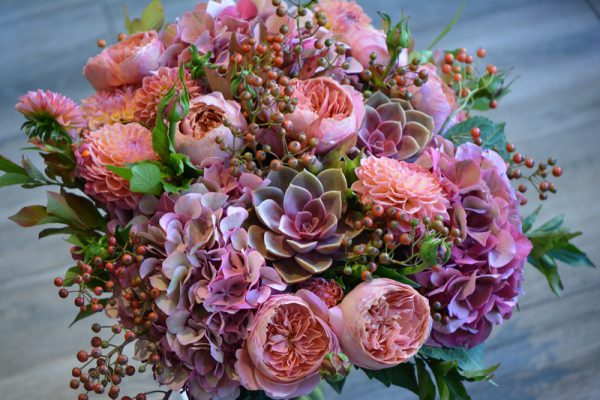Bouquet de roses, dahlias, echeverias, hortensias et baies de rosier