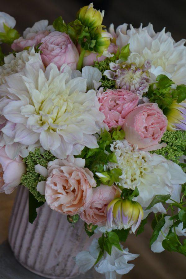 Bouquet de dahlias, roses de jardin, sedums et lavatères