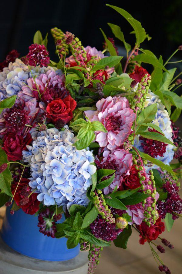 Bouquet de dahlias, hortensias, phytolacas, roses et scabieuses