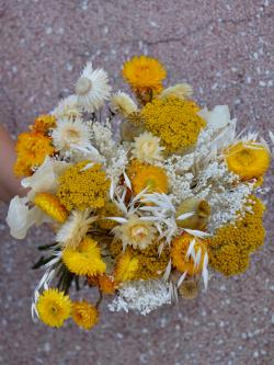 Bouquet de fleurs séchées jaune et blanc