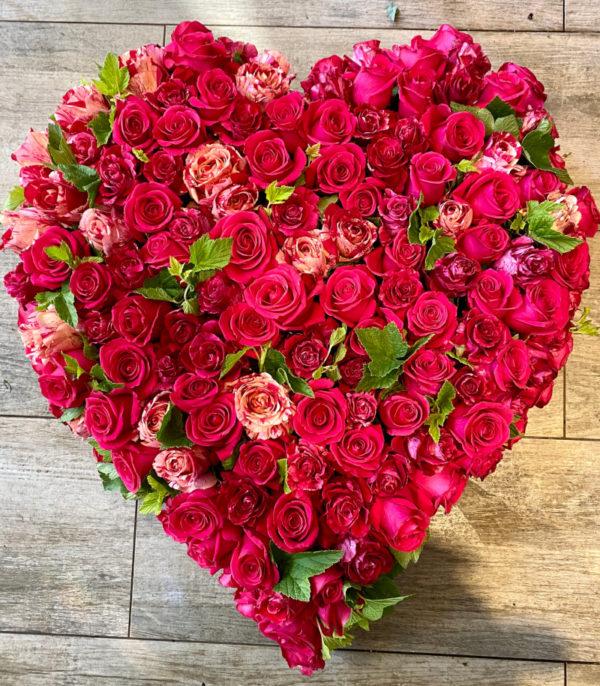 Composition de deuil coeur en rose camaieu de rouge