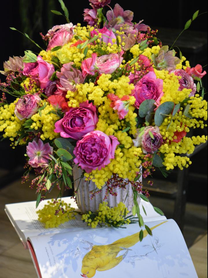 Bouquet de mimosa, roses, pois de senteur