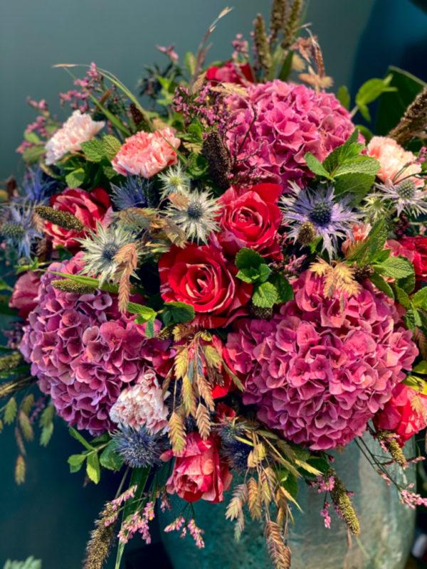 Bouquet composé d'Hortensias, Roses, Chardons, Chasmantiums, Oeillets, Millets et Limoniums
