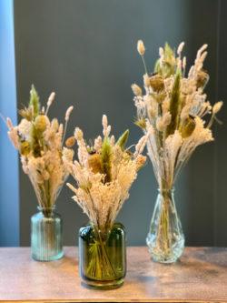 Composition de fleurs séchées et vases