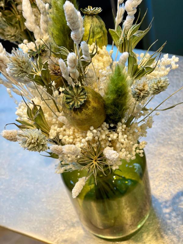 Composition de fleurs séchées et vases - détail