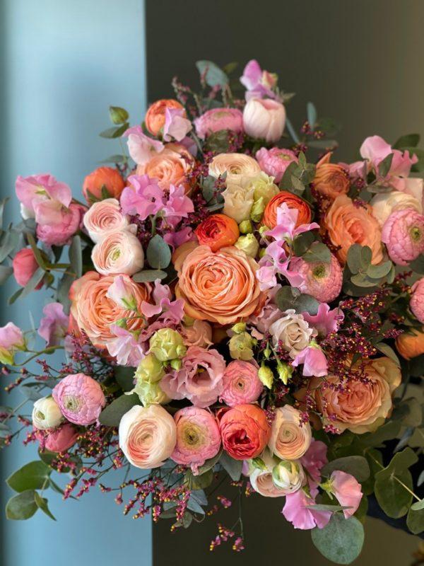 Renoncules, Roses, Pois de senteur, Limoniums, lisianthus et Eucalyptus