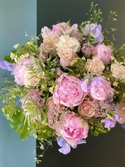 pivoines, rose, œillets, Viburnums , pois de senteurs, delphiniums, fleur de riz et graminées