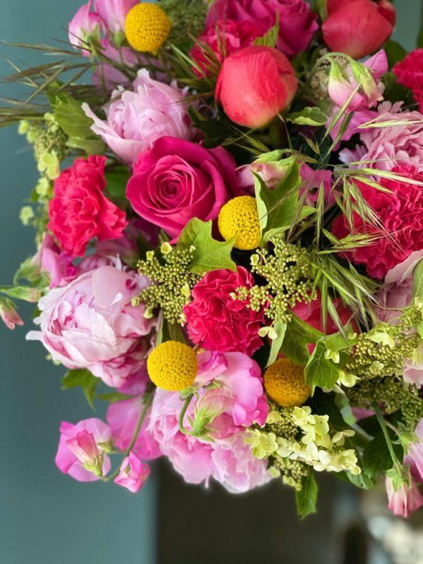 Pivoines, Roses, Pois de senteur, Œillets, Craspedias, Viburnums et graminées